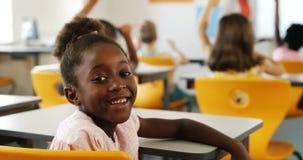 Uczennicy dźwigania ręka W sala lekcyjnej zdjęcie wideo