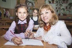 Uczennicy i nauczyciel obrazy stock