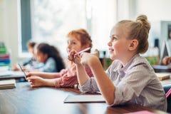 uczennicy siedzi w klasie zdjęcie stock