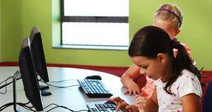 Uczennicy używa komputer w sala lekcyjnej zdjęcie wideo