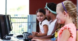 Uczennicy używa komputer w sala lekcyjnej zbiory