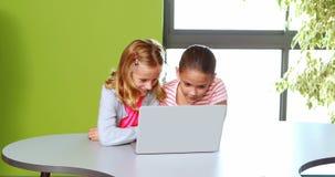Uczennicy używa laptop w sala lekcyjnej zdjęcie wideo