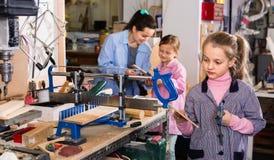 Uczennicy uczy się rzeźbić drewno podczas sztuk i rzemiosło klasy Zdjęcie Stock