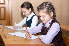 Uczennicy writing obraz stock