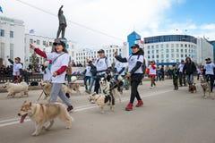 Uczestnicy demonstracja paradują - federacji Sledding republika Sakha Yakutia zdjęcie royalty free