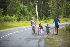 Uczestnicy (dzieciaki: Nikolay Dubinin /4, Darja Zhochkina /6 podczas rywalizacj w Północnym odprowadzeniu,) poświęcać dzień zdro obrazy stock