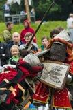 Uczestnicy festiwal w rycerza opancerzeniu układają walki Obraz Stock