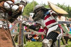 Uczestnicy festiwal w rycerza opancerzeniu układają walki Obrazy Stock