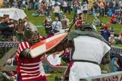 Uczestnicy festiwal w rycerza opancerzeniu układają walki Zdjęcia Stock