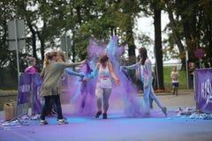 Uczestnicy Holi biegają w Daugavpils obrazy royalty free