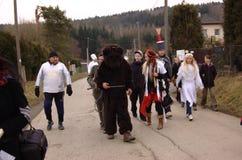 Uczestnicy iść dom domem Niedźwiedź i leśniczy Obraz Stock