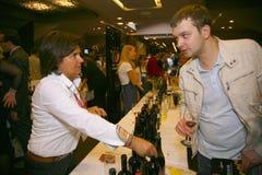 Uczestnicy i goście biznesowa wystawa wytwórcy i dostawcy włoscy wina vinitaly i jedzenie Zdjęcie Royalty Free