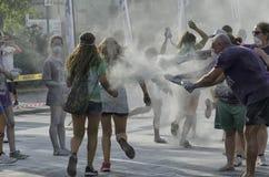 Uczestnicy koloru bieg brudzą z błyskotliwością ale szczęśliwy Obrazy Royalty Free
