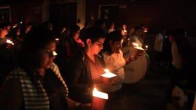 Uczestnicy nighttime korowód na Wielkanocnej Niedzieli zbiory