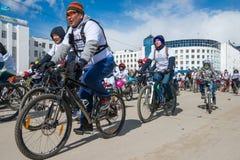 Uczestnicy parady demonstracja - federacja kolarstwo republika Sakha Yakutia obraz stock