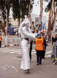 Uczestnicy przy Ñ  arnival ubierającym w robotach chodzą wzdłuż st obrazy royalty free