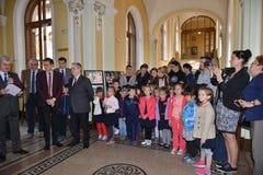 Uczestnicy przy fotografii wystawą przy UNIVERSitarium sympozjonem Zdjęcia Stock