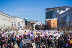 Uczestnicy przy kobiety ` s Marzec opuszczają zlotnego lokaci i początku wmarsz zdjęcia stock