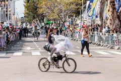 Uczestnicy roczny karnawał Adloyada ubierali w baśniowych kostium przejażdżkach bicykl w Nahariyya, Izrael Zdjęcie Stock