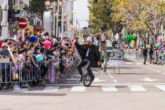 Uczestnicy roczny karnawał Adloyada ubierali w baśniowych kostium przejażdżkach monocykl w Nahariyya, Izrael Obraz Stock