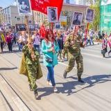 Uczestnicy szpaltowy «Nieśmiertelny pułk «z portretami krewni zabijać w drugiej wojnie światowej zdjęcie royalty free