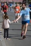 Uczestnicy 5th Moskwa maraton Mężczyzna i dziewczyna trząść ręki Zdjęcia Stock