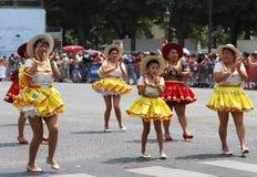 Uczestnicy Tropikalny karnawał 2018 w Paryż, Francja Nad 4.000 tancerzami wokoło i tuzin pławikami od fotografia royalty free