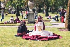 Uczestnicy w elf fantazi jarmarku odpoczynku w roszują parka Obraz Royalty Free