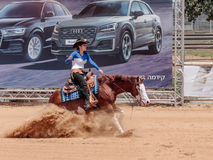 Uczestnicy w equestrian rywalizacjach wykonują na konia gospodarstwie rolnym Zdjęcia Stock