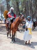 Uczestnicy w odbudowie rogi Hattin bitwa w 1187 jeden siedzą na batalistycznym koniu, i drugi jeden trzyma konia Fotografia Royalty Free
