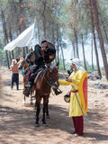 Uczestnicy w odbudowie rogi Hattin bitwa w 1187 jeden siedzą na batalistycznym koniu, i drugi jeden trzyma konia Zdjęcie Stock