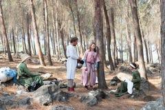Uczestnicy w odbudowie rogi Hattin bitwa w 1187 rozmowie w obozie przed kampanią blisko TIberias, Izrael Zdjęcie Stock