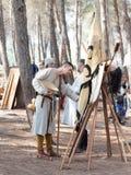 Uczestnicy w odbudowie rogi Hattin bitwa w 1187 rozmowie w obozie przed kampanią blisko TIberias, Izrael Zdjęcia Stock