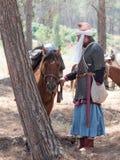 Uczestnicy w odbudowie rogi Hattin bitwa w 1187 stojakach blisko batalistycznego konia w obozie przed kampanią Zdjęcia Royalty Free