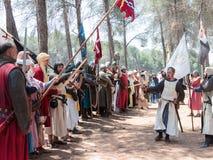 Uczestnicy w odbudowie rogi Hattin bitwa w 1187 w rola królewiątko Jerozolima robią mowie przed w ten sposób Obrazy Stock