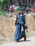 Uczestnicy w odbudowie rogi Hattin zwalczają w 1187 opuszczali obóz na stopie i iść batalistyczny miejsce blisko TIberia Zdjęcie Stock