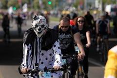 Uczestnicy w rocznych cyklist?w karnawa?owej przeja?d?ce wzd?u? Pobediteley alei fotografia stock