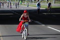 Uczestnicy w rocznych cyklist?w karnawa?owej przeja?d?ce wzd?u? Pobediteley alei obraz royalty free