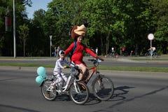 Uczestnicy w rocznych cyklist?w karnawa?owej przeja?d?ce wzd?u? Pobediteley alei obraz stock
