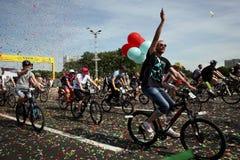 Uczestnicy w rocznych cyklist?w karnawa?owej przeja?d?ce wzd?u? Pobediteley alei zdjęcie royalty free