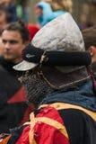 Uczestnik festiwal w knightly opancerzeniu oczekuje walkę Obrazy Stock