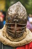 Uczestnik festiwal w rycerza opancerzeniu przygotowywa walki Obrazy Stock