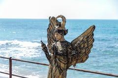 Uczestnik Purim festiwalu stojaki ubierał w czarodziejskim statua kostiumu w Caesarea, Izrael Zdjęcie Stock