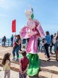 Uczestnik Purim festiwalu stojaki ubierał w czarodziejskim statua kostiumu w Caesarea, Izrael Obrazy Royalty Free