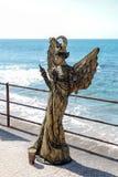 Uczestnik Purim festiwalu stojaki ubierał w czarodziejskim statua kostiumu w Caesarea, Izrael Obrazy Stock