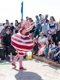 Uczestnik Purim festiwalu stojaki ubierał w czarodziejskim statua kostiumu w Caesarea, Izrael Obraz Stock