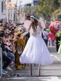 Uczestnik roczny karnawał Adloyada ubierał w bajecznie kostiumu wita widowni w Nahariyya, Izrael Zdjęcie Royalty Free
