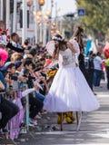 Uczestnik roczny karnawał Adloyada ubierał w bajecznie kostiumu wita widowni w Nahariyya, Izrael Obrazy Stock