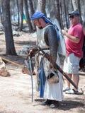 Uczestnik w odbudowie rogi Hattin bitwa w 1187 czek broniach w obozie przed kampanią blisko Tiberias, Fotografia Royalty Free