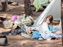 Uczestnik w odbudowie rogi Hattin bitwa w 1187 siedzi w ranku blisko namiotu w obozie przed obozem Fotografia Royalty Free